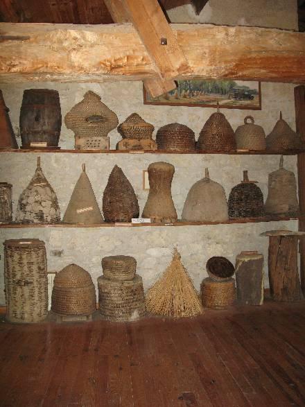 Une infime partie de la collection de ruches traditionnelles